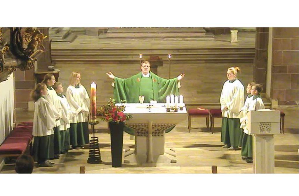 Ausschnitt aus einem Livestream: Pfarrer Anton Gruber feiert den Gottesdienst. Foto: privat