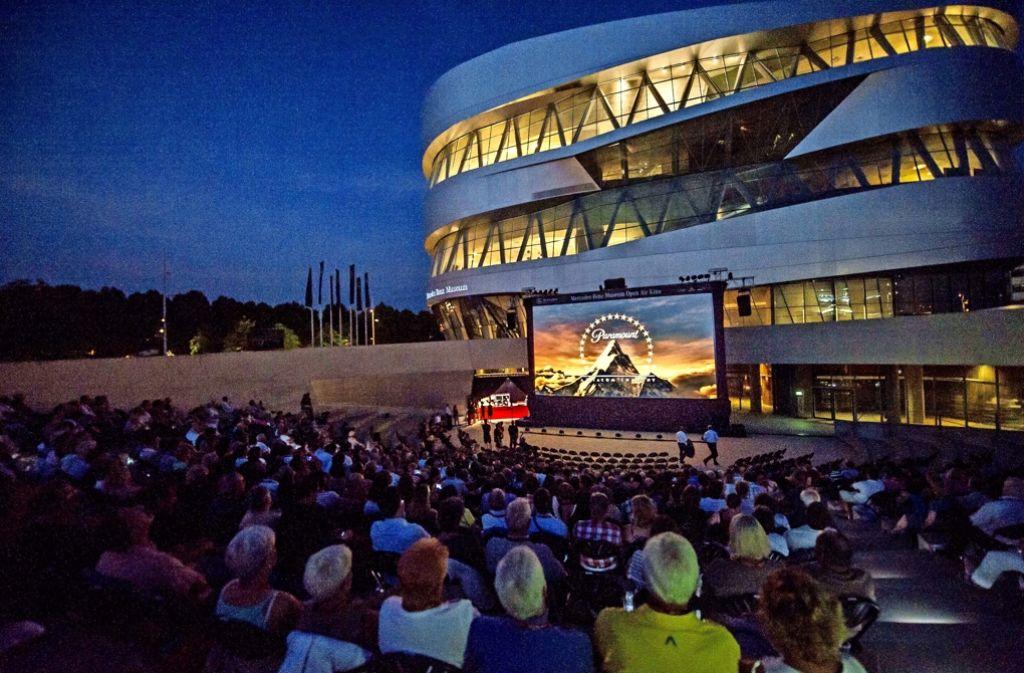 Vor dem Mercedes-Benz-Museum in Stuttgart wird in jedem Jahr eine Kino-Leinwand aufgebaut. Foto: Lichtgut/Max Kovalenko