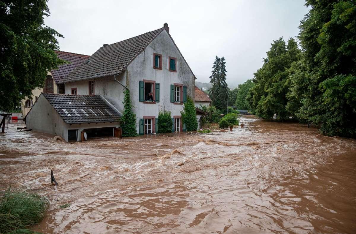 In Erdorf in Rheinland-Pfalz ist das Wasser über das Ufer getreten. In unserer Bildergalerie sehen Sie die enormen Auswirkungen des Unwetters über Deutschland. Foto: dpa/Harald Tittel