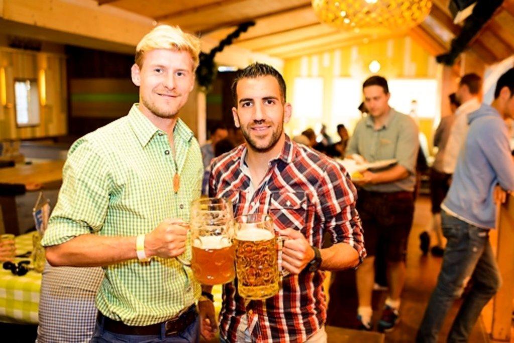 Prost! Marc Stein (links) und Enzo Marchese von den Stuttgarter Kickers beim Blauen Montag auf dem Frühlingsfest. Foto: www.7aktuell.de | Oskar Eyb