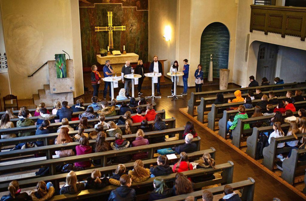 Sechs der sieben Kandidaten für die Kirchenwahl stehen den Eislinger Schülerinnen und Schülern Rede und Antwort. Foto: Ines Rudel