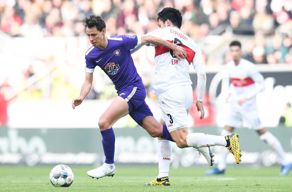 Geschickter Zweikämpfer: VfB-Verteidiger Wataru Endo (rechts gegen Clemens Fandrich  von Erzgebirge Aue) Foto: dpa/Tom Weller