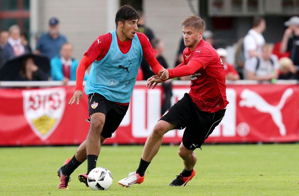 Die VfB-Profis Simon Terodde (rechts) und Berkay Özcan geben am Dienstag im Edeka in der Gaisburgstraße in Stuttgart Autogramme. Foto: Pressefoto Baumann