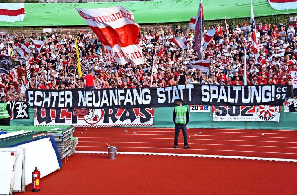 Das Commando Cannstatt hat im Pokalspiel gegen Homburg Position zur Personalie Wolfgang Dietrich bezogen. Foto: Avanti