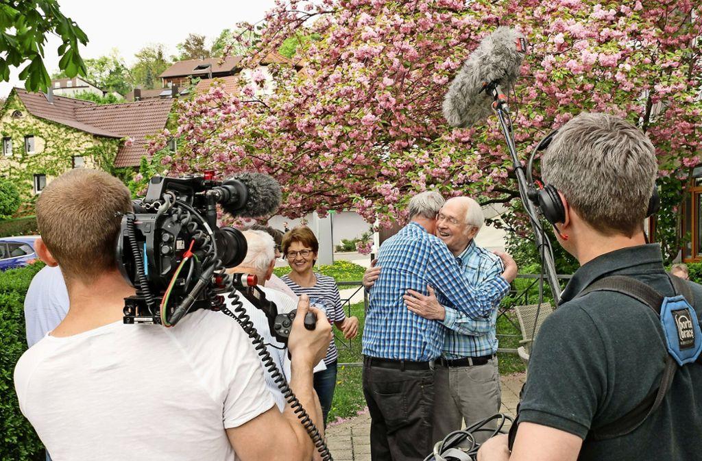 Tonmeister Ole Brosse (rechts) und Kameramann Florian Feldkamp (links) halten fest, wie sich Mitglieder der Foto AG am Samariterstift treffen. Foto: factum/Bach