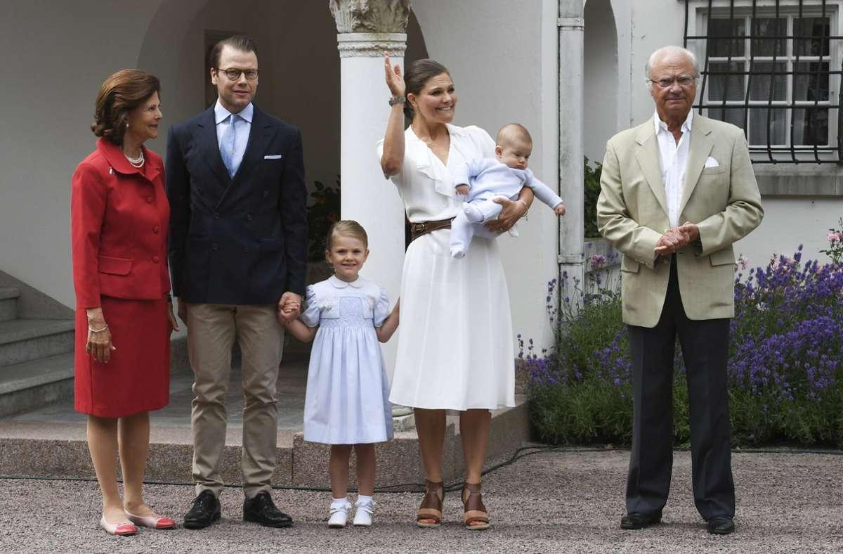 König Carl Gustaf mit seinen beiden Thronfolgerinnen: Kronprinzessin Victoria und Prinzessin Estelle (Bild aus dem Jahr 2017). Foto: dpa/Jonas Ekstromer