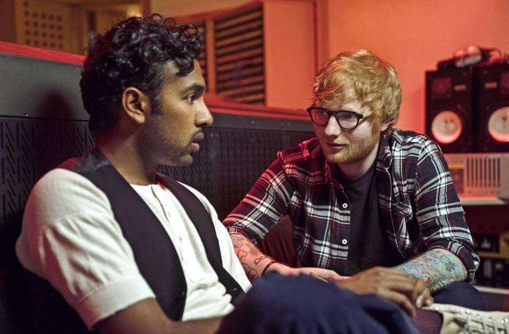 """Wie sähe eine Welt ohne die Beatles aus? Jack (Himesh Patel, li.) und Ed (Ed Sheeran) erfahren das in """"Yesterday"""". Foto: Universal Pictures"""