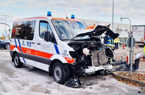 Ein Verletzter bei Unfall zwischen Rettungswagen und Ford Fiesta