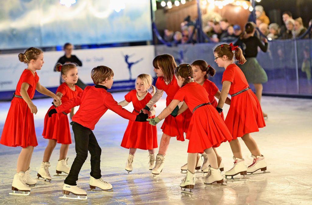 Kleine Prinzessinnen und Prinzen bei der Eröffnung der Eisbahn am Schlossplatz. Foto: Leif Piechowski/Leif Piechowski