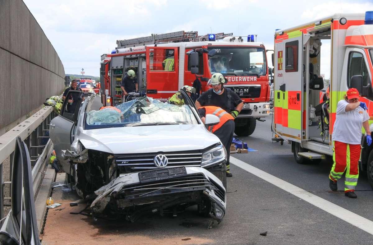 Während Rettungskräfte die beiden eingeklemmten Insassen eines Autos auf der A 73 bei Forchheim befreien, werden sie gefilmt. Foto: dpa/Ferdinand Merzbach