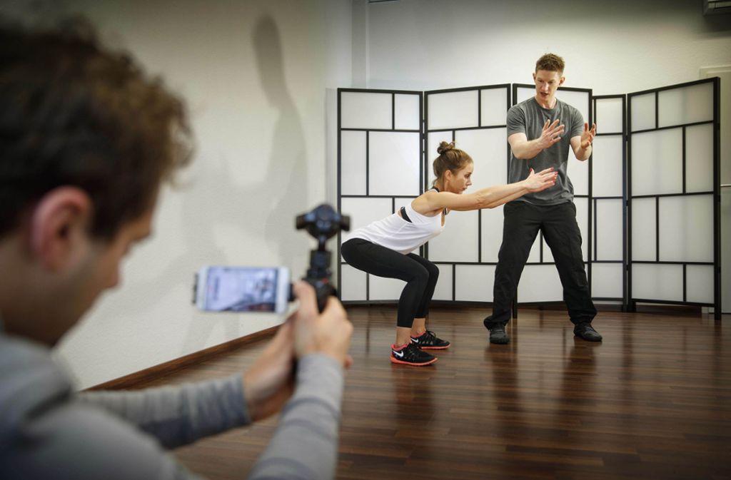 Der Heilpraktiker und Sporttherapeut Thomas Bannert (ganz rechts)   beim Dreh einer Folge seines Online-Kurses. Foto: Gottfried Stoppel