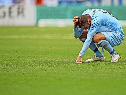 Es ist zum Haareraufen: Nicht nur der Kickers-Neuzugang Bajram Nebihi geht nach der Niederlage in Aalen in die Knie. Foto: Baumann