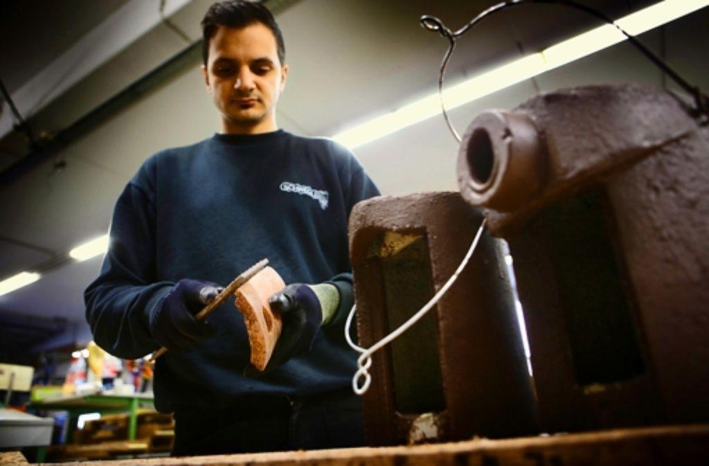 Ein Mitarbeiter gibt dem Vogelhaus den letzten Schliff. Foto: Gottfried Stoppel
