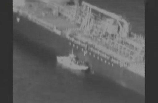 Schiff deutscher Reederei wird in einen  Hafen geschleppt