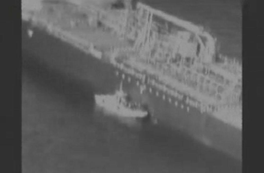 Das Foto stammt aus einem Video, das den Angriff auf den Frachter zeigen soll. Foto: