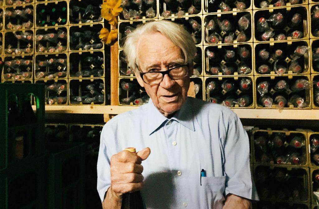 """Von jedem Jahrgang seit 1947 hat  Gerd Köpfer in seinem Archiv ein paar Flaschen aufgehoben. """"Alles unverkäuflich"""", sagt der 91-Jährige. Foto: Keck"""