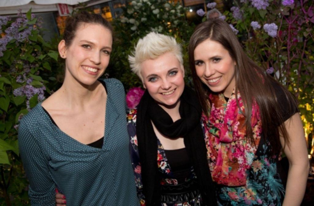 Die Musikerinnen Natalie Plöger (l-r), Ela Steinmetz und Yvonne Grünwald von der Band Elaiza posieren im Rahmen eines Konzerts. Foto: dpa