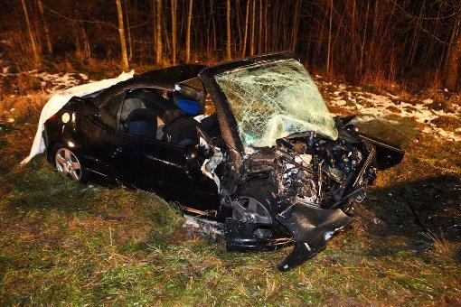 Ein 38-Jähriger setzt auf der B14 bei Oppenweiler auf regennasser Fahrbahn zum Überholen an, rast in den Gegenverkehr und stirbt noch an der Unfallstelle - 29-jähriger Unfallgegner schwer verletzt. Foto: Benjamin Beytekin