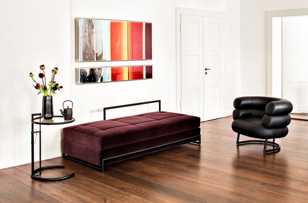 Der Adjustable Table E1027 und das Daybed von Eileen Gray, beide in den 20er Jahren entworfen, werden von dem Münchner Unternehmen ClassiCon jetzt auch mit einem schwarzen Gestell angeboten. Foto: Elias Hassos
