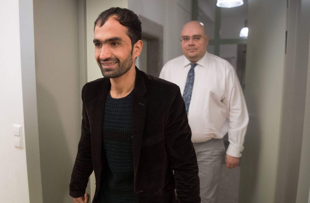 Der sichtlich erleichterte Afghane Haschmattulah F. und sein Anwalt Markus Niedworok auf dem Weg zur Pressekonferenz in Tübingen. Foto: dpa