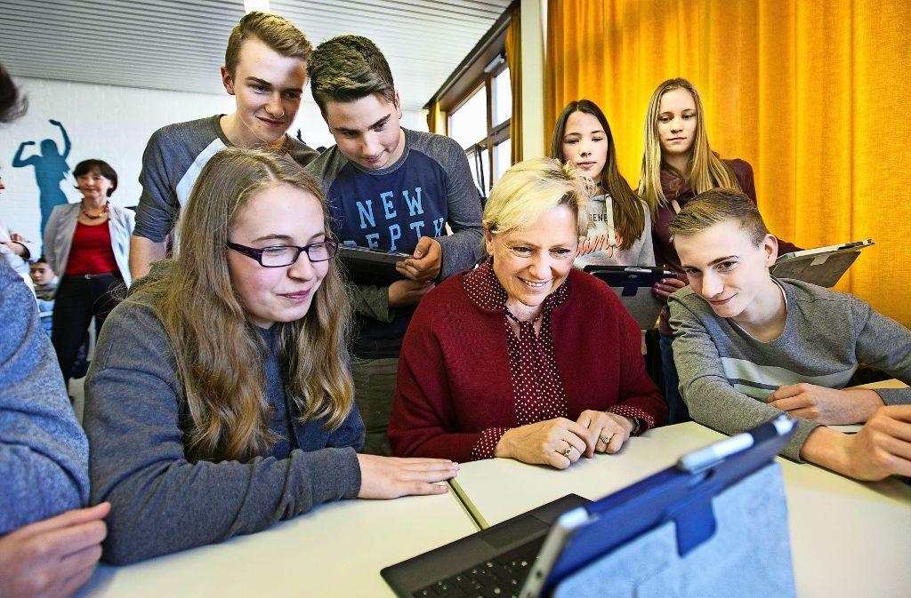 Die Kultusministerin Susanne Eisenmann schaut in die digitale Schulwelt. Foto: Ines Rudel