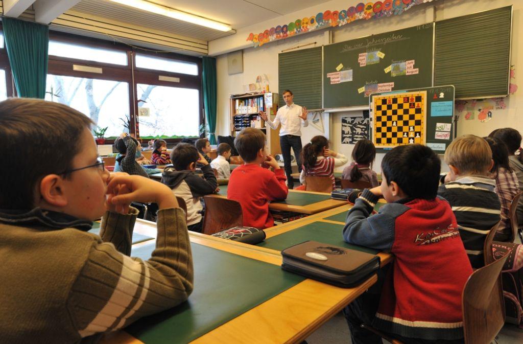 Die Entlassung von befristet angestellten Lehrern und Referendaren über die Sommerferien muss nach Ansicht von Lehrerverbänden endlich ein Ende haben. Foto: dpa