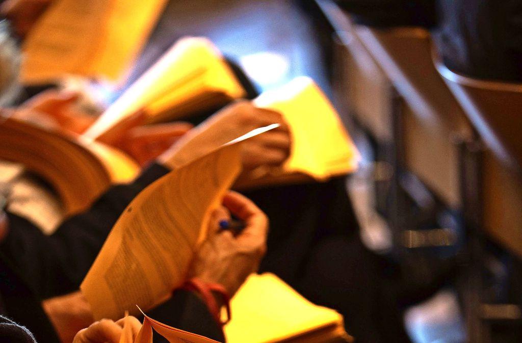 Auf einem von Tausenden orangenen Blättern findet sich die Forderung nach einer Senkung der Grundsteuer, gegen die sich aber Widerstand regt. Foto: Lichtgut/Leif Piechowski