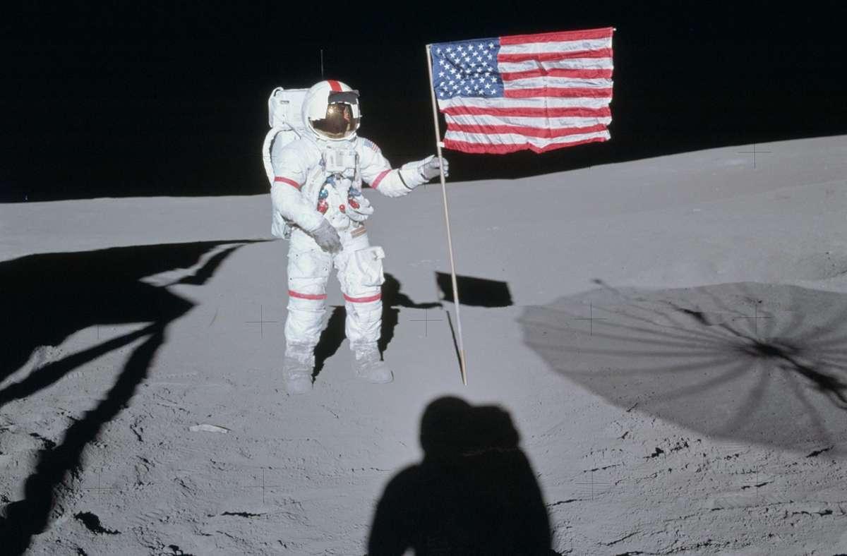 Der Astronaut Alan Shepard schmuggelte zwei Golfbälle sowie ein Sechser-Eisen an Bord der Apollo 14, den letzteren hatte er an einem geologischen Instrument befestigt. Nach der Landung am 5. Februar 1971 schlug er sie über die Mondoberfläche. Die US-Flagge ließ er auch mit zurück. Foto: Wikipedia commons/Edgar D. Mitchell/Nasa