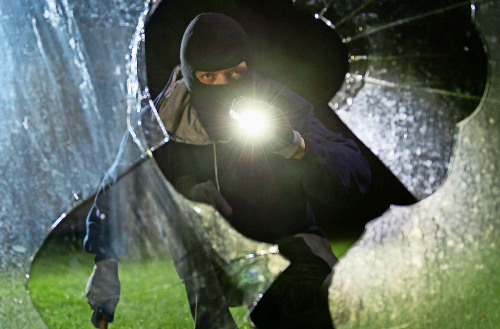 Die Einbrecher drückten die Tür zum Verkaufsraum auf und gelangten so in die Bäckerei. (Symbolbild) Foto: dpa