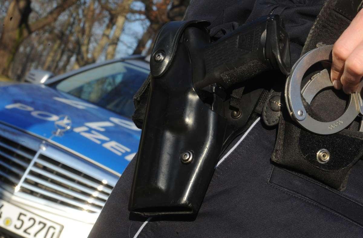 Polizeibeamte nahmen die beiden Tatverdächtigen fest. (Symbolbild) Foto: picture alliance / dpa/Franziska Kraufmann