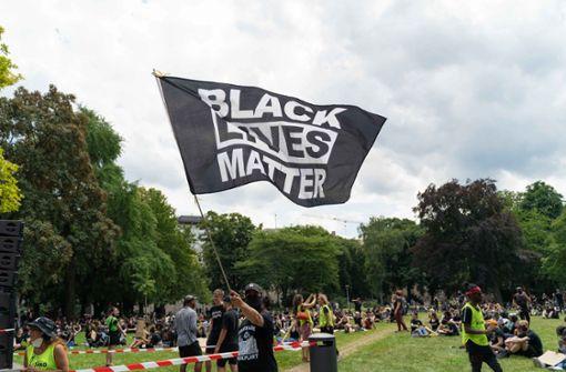 Teilnehmer protestieren gegen Rassismus