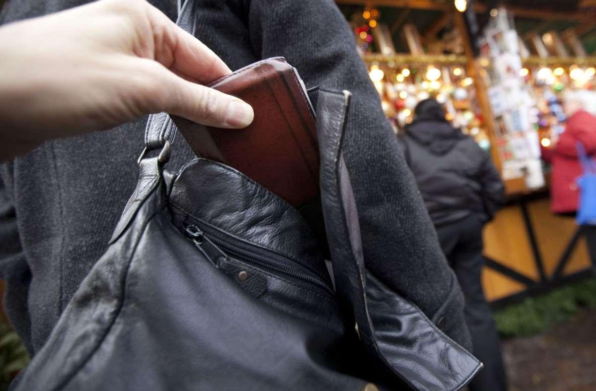 Der Unbekannte griff wohl in die Handtasche der Frau und stahl  den Geldbeutel. (Symbolbild) Foto: dpa/Frank Rumpenhorst