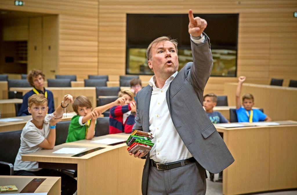 Soviel action ist selten Landtag: der CDU-Abgeordnete Paul Nemeth mit Kindern aus seinem Böblinger Wahlkreis. Foto: Lichtgut/Leif Piechowski