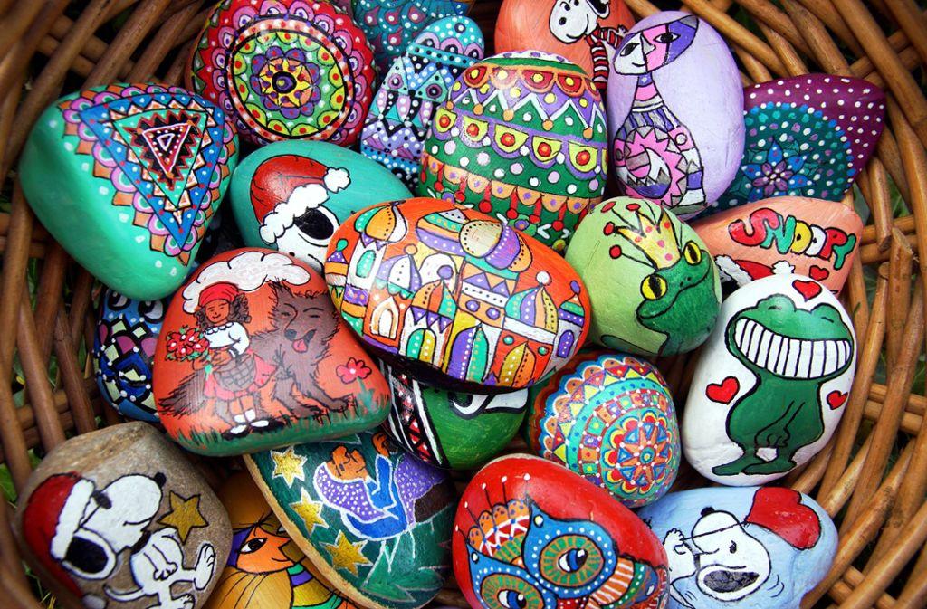 Snoopy, Märchenmotive und prachtvolle Muster: Ihre bemalten Steine sammelt Pia Meyer in einem Korb. Foto: privat