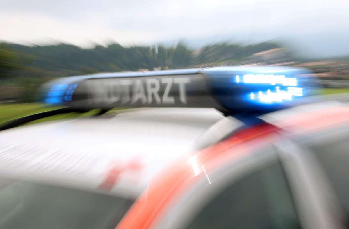 Der Motorradfahrer wurde notärztlich untersucht und ins Krankenhaus gebracht (Symbolbild). Foto: dpa/Stephan Jansen