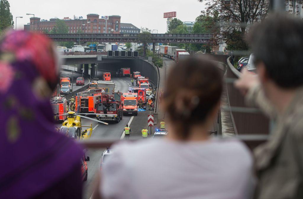 Schaulustige bei einem Unfall in Berlin. Oft werden auch die Smartphones gezückt, um Opfer zu filmen. Foto: dpa