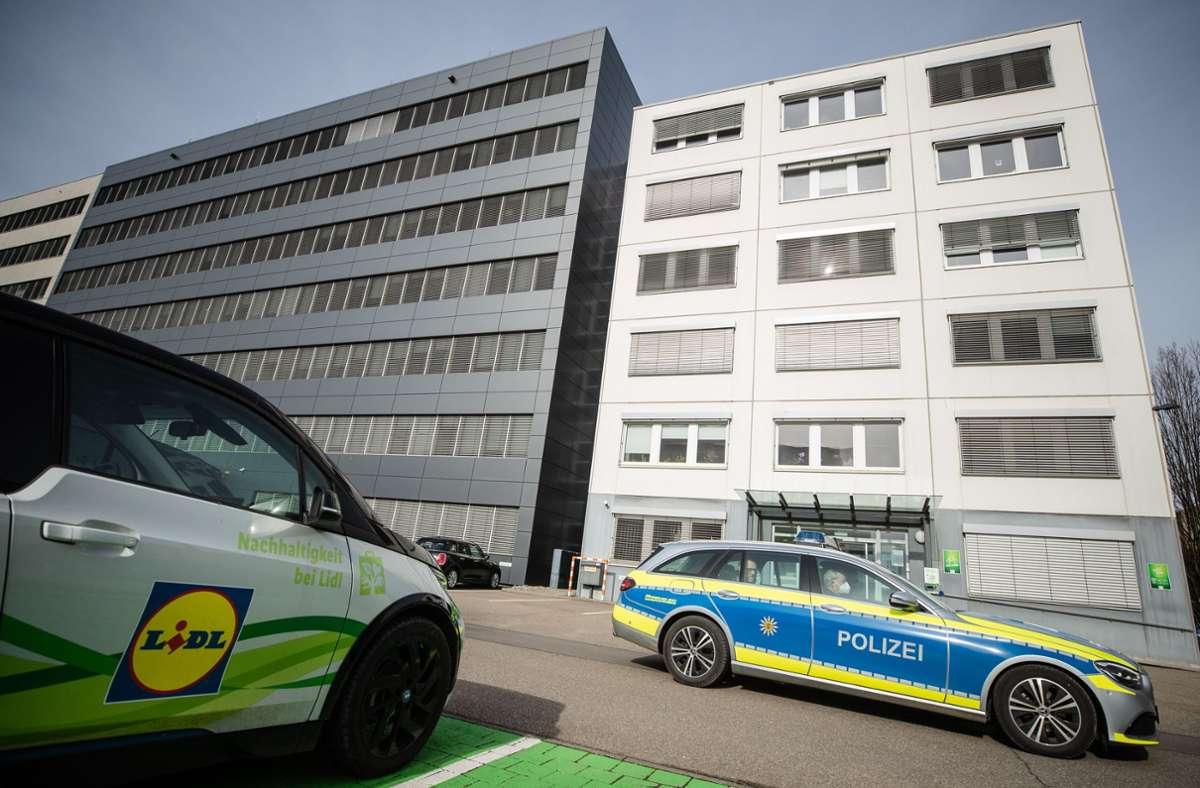 Ein Fahrzeug der Polizei fährt an der Lidl-Zentrale in Neckarsulm vorbei. Im Lidl-Verwaltungsgebäude ist vor kurzem eine Briefbombe explodiert. (Archivbild) Foto: dpa/Christoph Schmidt