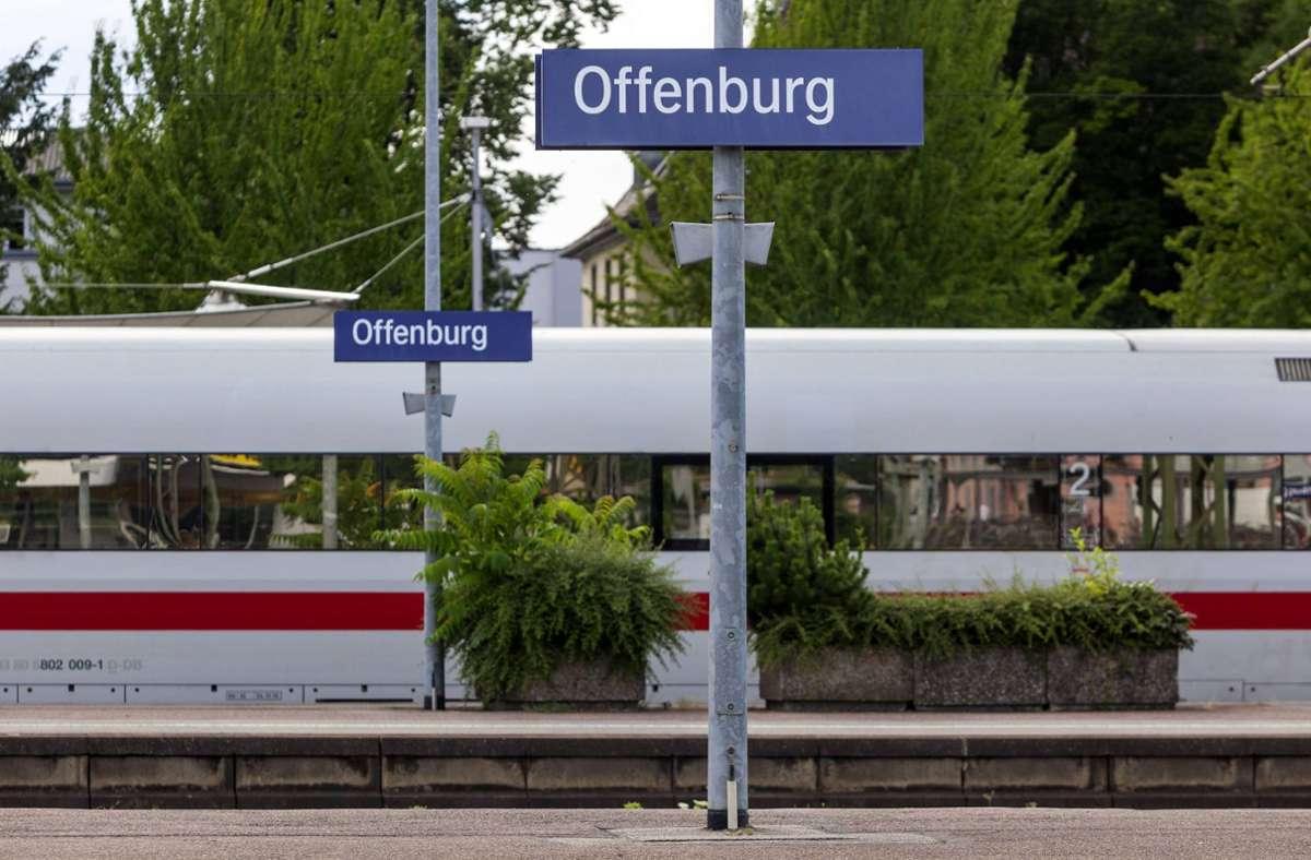 Am Offenburger Bahnhof soll die Frau vor dem Verschwinden ein Handy von einem Mann ausgeliehen haben (Archivbild). Foto: imago/Arnulf Hettrich/Arnulf Hettrich