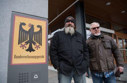 Rocker posieren vor Gerichtsgebäude