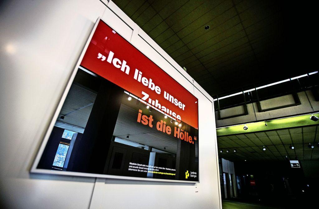 Der  Plakatwettbewerb spiegelt den  Zwiespalt wider, in dem sich die Opfer häuslicher Gewalt befinden. Ein Zwiespalt, der auch  die Diskusson im Ausschuss durchzog.    Foto: Horst Rudel Foto: