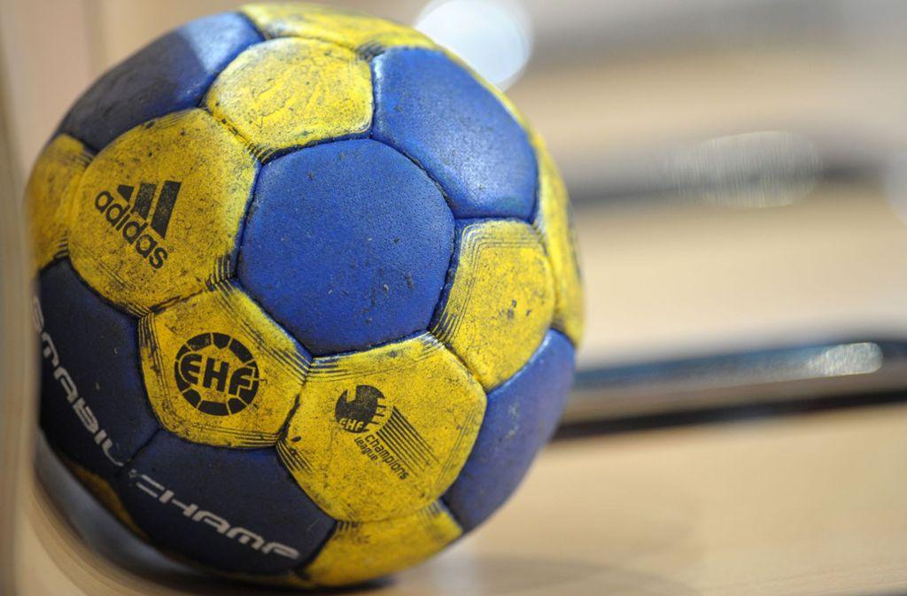 Solange die Behörden keine anderen Angaben machen, soll der Ball weiterhin vor Publikum geworfen werden. Foto: dpa/Ronald Wittek