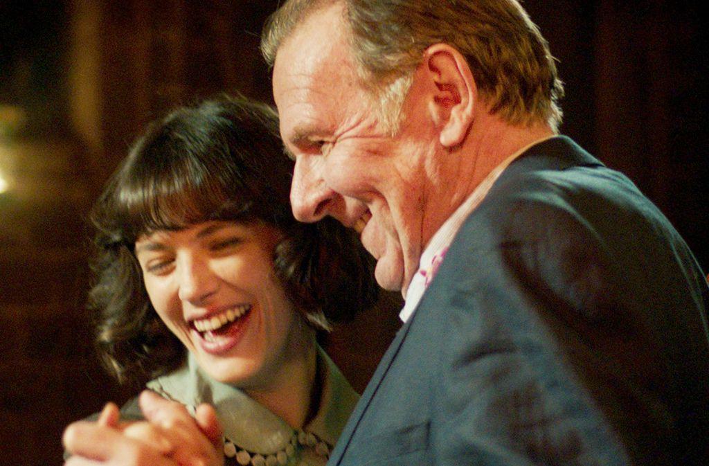 Der Menschenfeind Alfie (Tom Wilkinson) und die Träumerin Bella (Jessica Brown-Findlay) wagen ein Tänzchen. Foto: NFP
