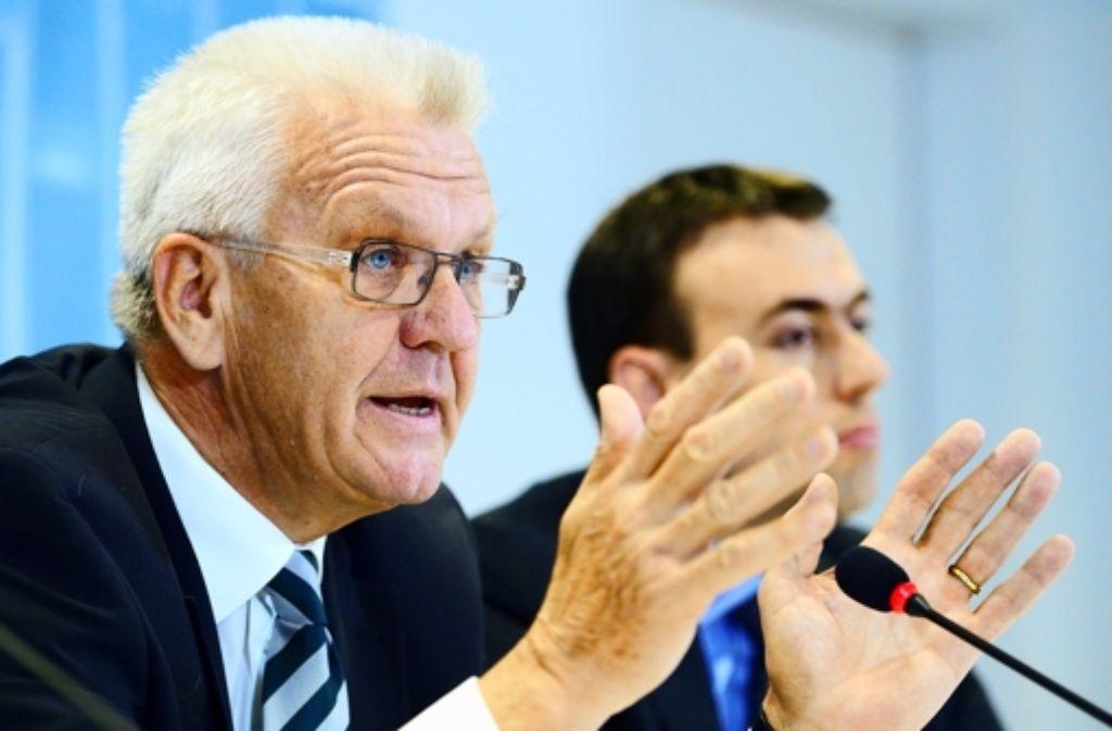 Ministerpräsident Winfried Kretschmann (Grüne, links) und Finanzminister Nils Schmid (SPD) sehen sich finanzpolitisch auf einem guten Weg. Foto: dpa