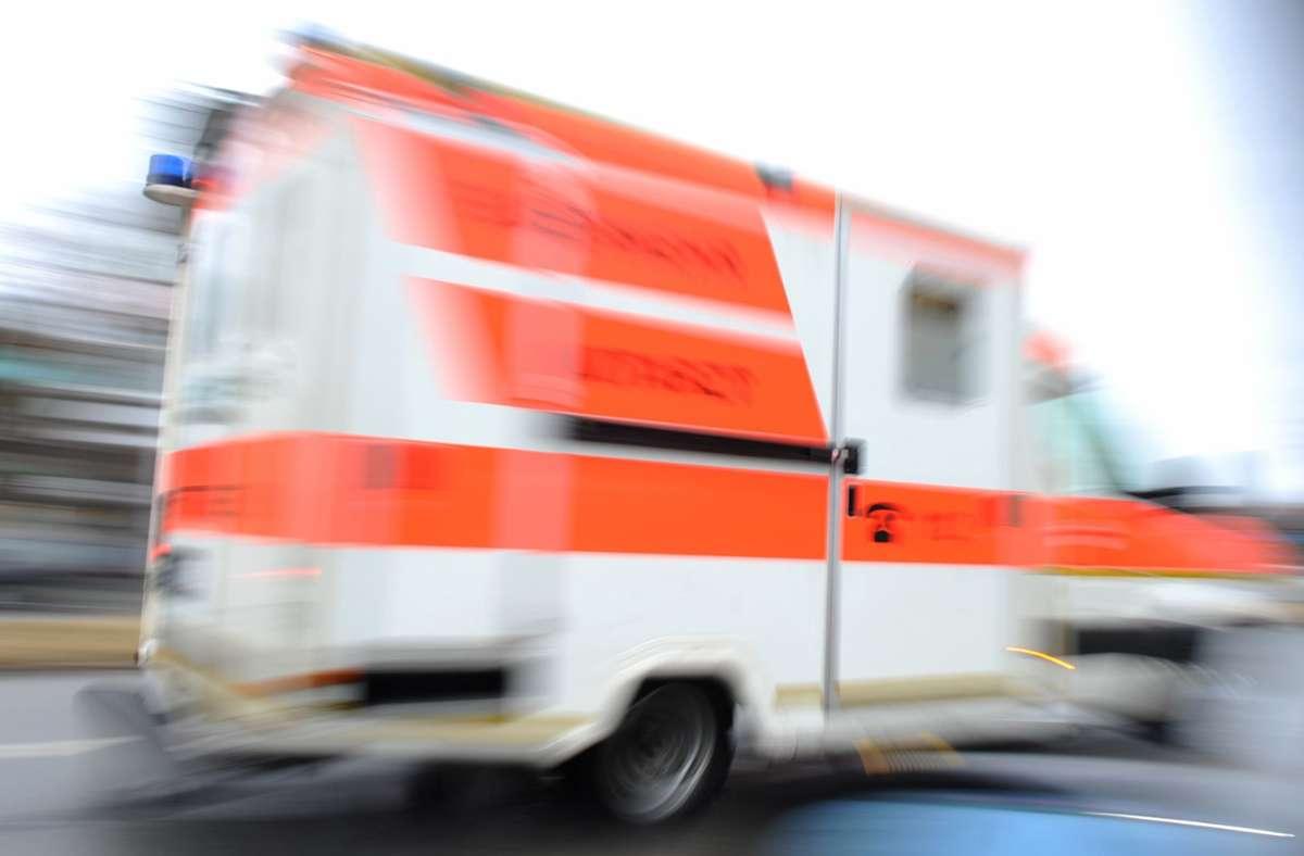 Rettungskräfte brachten den verletzten Fahrer ins Krankenhaus (Symbolbild). Foto: dpa/Andreas Gebert