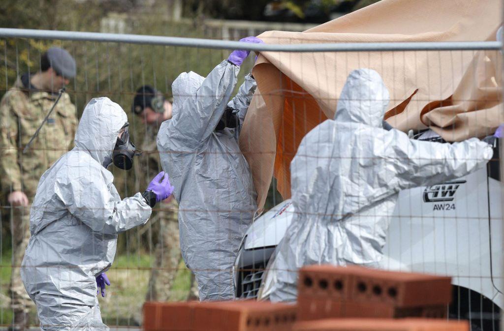 Kriminaltechniker untersuchen den Tatort des Anschlags. Foto: PA