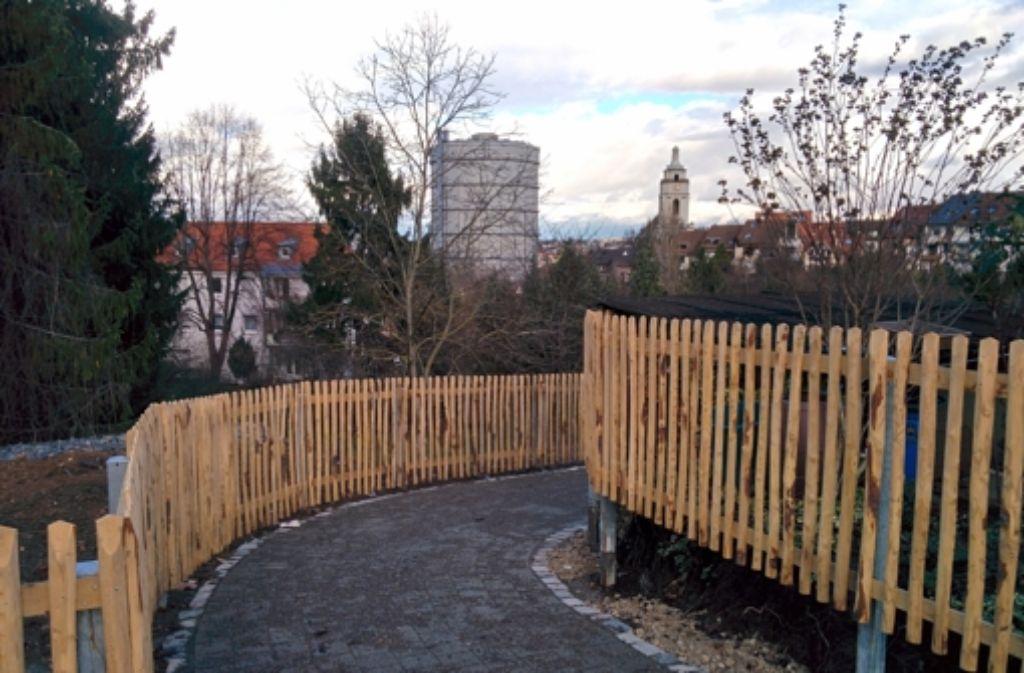 So sieht der neue Weg durch die Kleingärten in Gaisburg aus. Der Lattenzaun soll nach und nach von Pflanzen umrankt und begrünt werden. Foto: Jürgen Brand