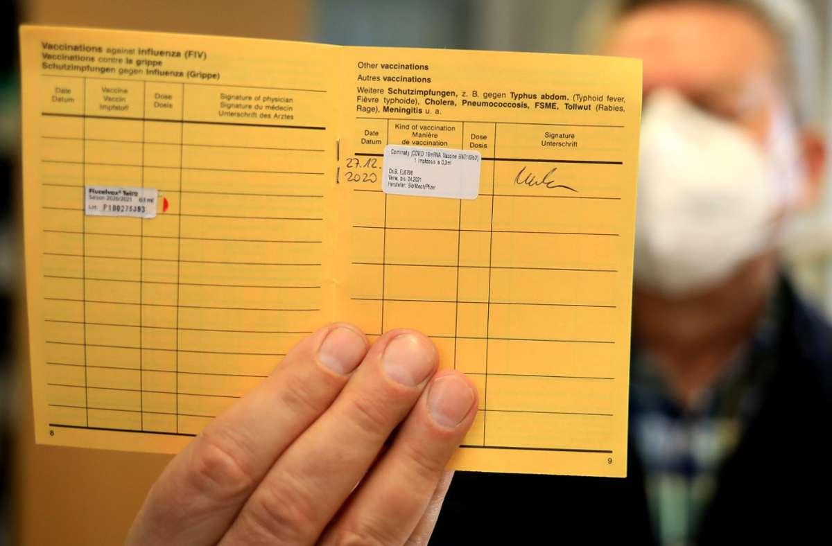 Der Impfausweis mit dem Eintrag der Corona-Impfung gibt Freiheit zurück – und wird zum  Objekt von Fälschungen. Foto: dpa/Peter Gercke, privat