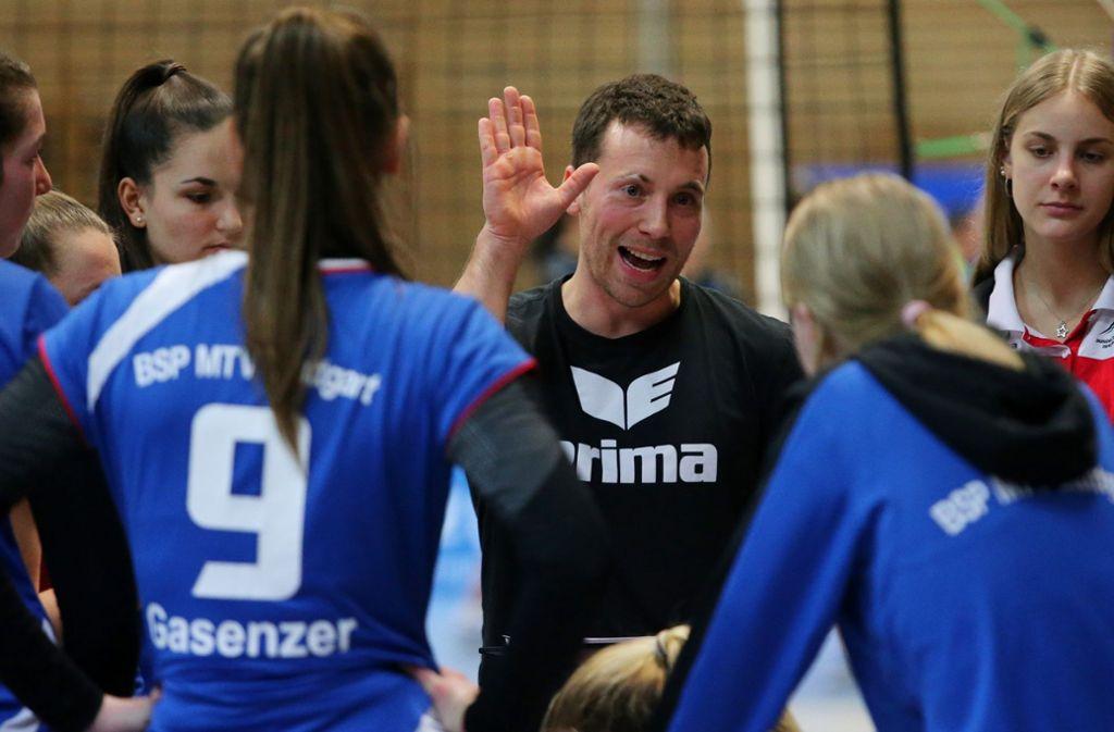 Talente unter sich: Trainer Sebastian Schmitz und seine Stuttgarter Nachwuchs-Volleyballerinnen Foto: Baumann