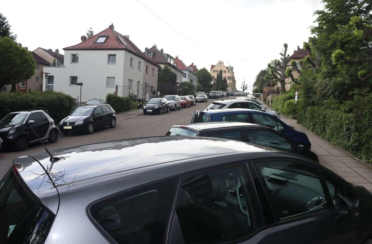 Die Querparkpätze auf der Friedrich-Ebert-Straße tragen dazu bei, die Geschwindigkeit gleich zu Beginn der Tempo-30-Zone zu drosseln. Sie sollen daher erhalten bleiben. Foto: Georg Friedel