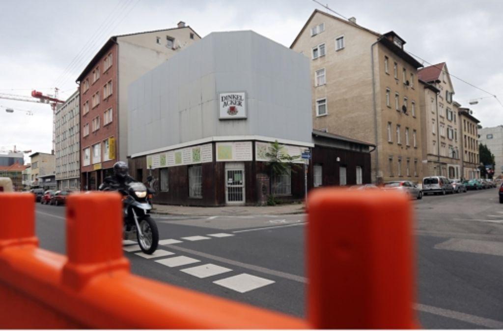 Der Behelfsbau mit Fassadenattrappe und das alte Wohnhaus daneben weichen 22 neuen Stadtwohnungen mit Tiefgarage. Foto: Achim Zweygarth
